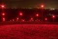 Leuchtmasten, welche die Ostseite der Halde in ein rotes Licht tauchen